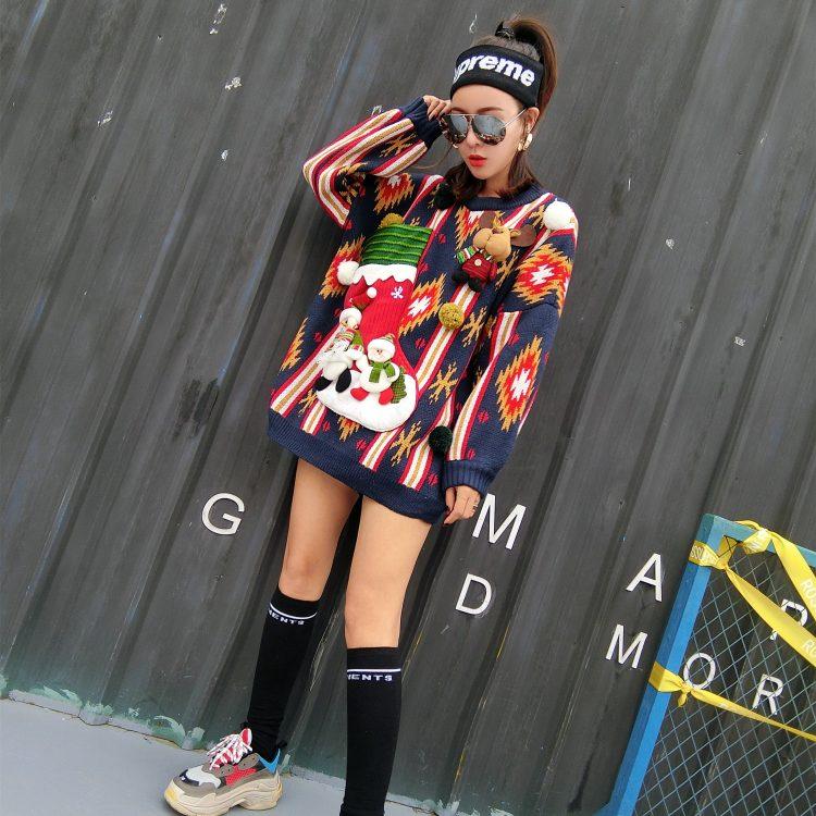 Granatowy sweter świąteczny damski bałwan z kieszenią na wino 3