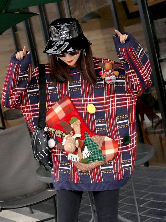 Granatowy świąteczny sweter w kratkę ze naszywaną skarpetą oraz reniferem