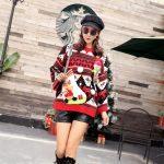 Kolorowy damski sweter świąteczny z aksamitną skarpetą w formie schowku