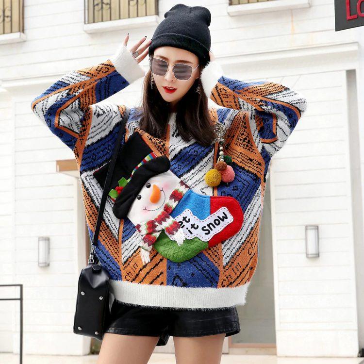 Kolorowy świąteczny sweter z wystającym bałwanem w formie skarpety na wino 1