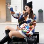 Kolorowy świąteczny sweter z wystającym bałwanem w formie skarpety na wino 3