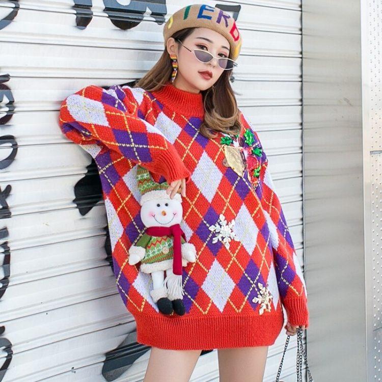 Pomarańczowy damski sweter świąteczny w romby z maskotką bałwana 1