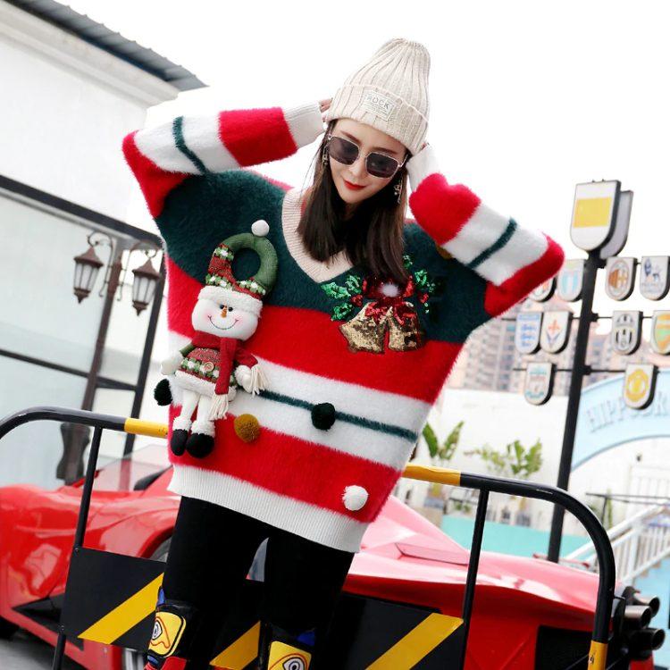 Puchaty sweter damski na boże narodzenie z bałwanem i dzwoneczkami