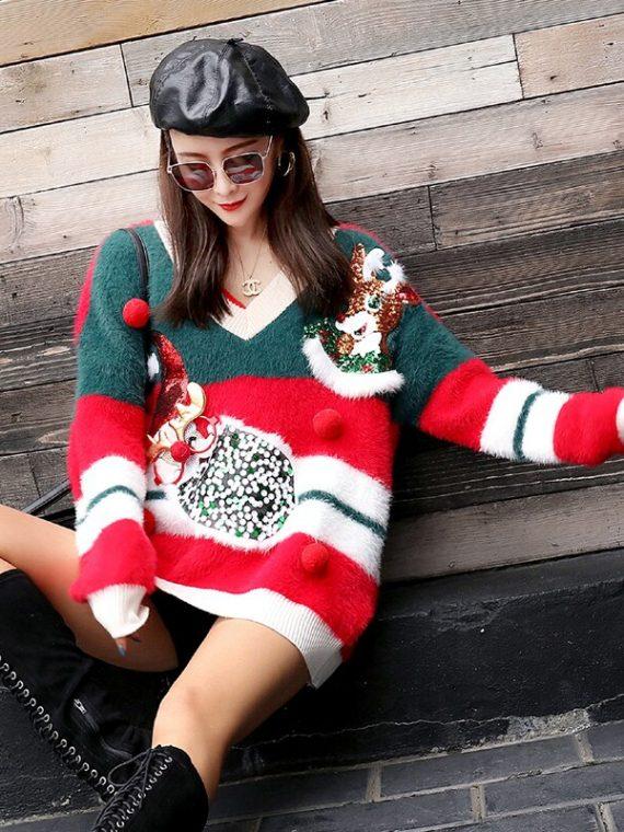 Puchaty świąteczny sweter damski z pomponami i wystającymi bożo narodzeniowymi aplikacjami