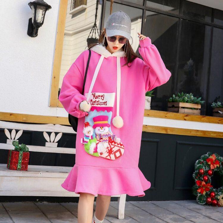 Różowa sukienka z futrzanym kapturem oraz naszywaną skarpetą Merry Christmas 1