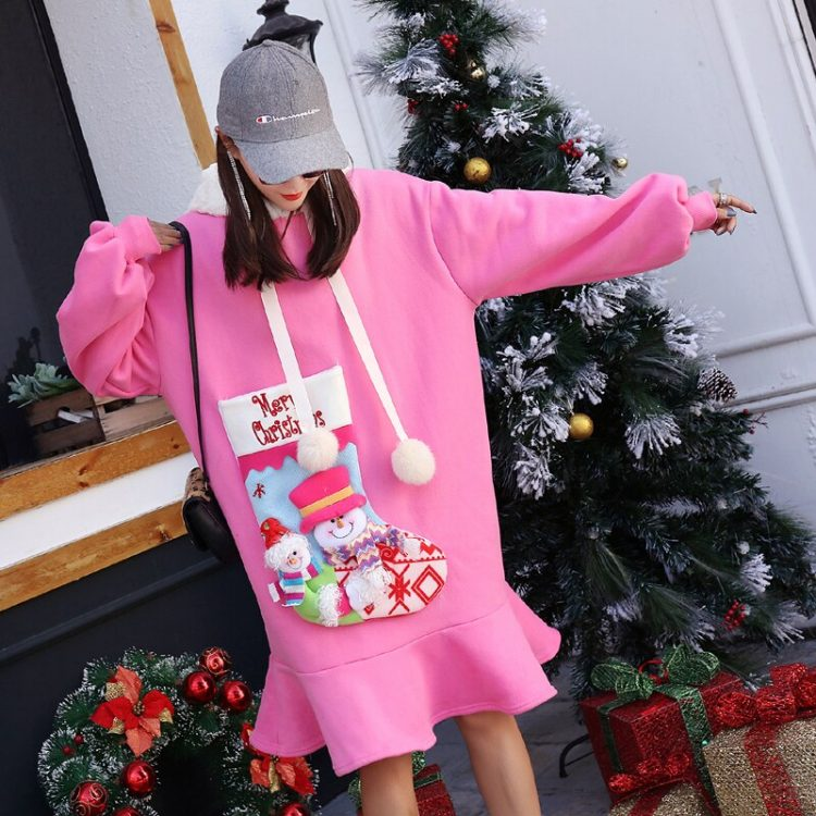 Różowa sukienka z futrzanym kapturem oraz naszywaną skarpetą Merry Christmas 2