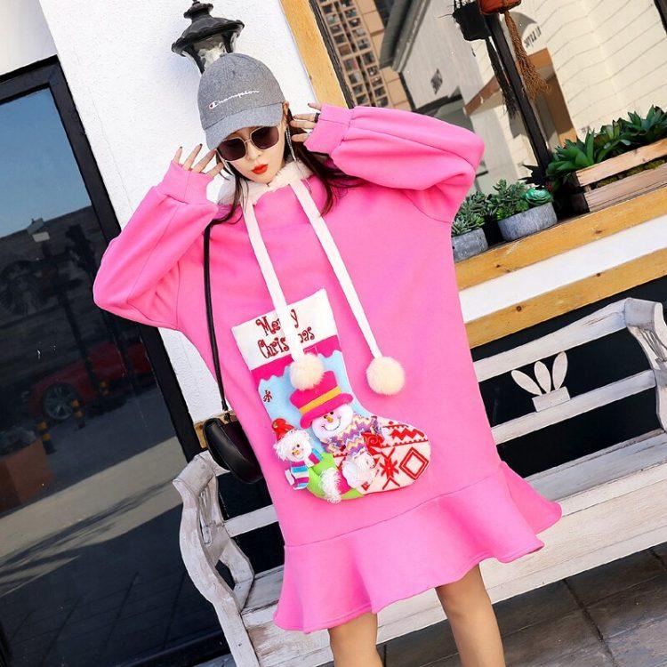 Różowa sukienka z futrzanym kapturem oraz naszywaną skarpetą Merry Christmas