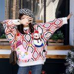 Wielokolorowy sweter damski świąteczny z naszywanym bałwanem 3D