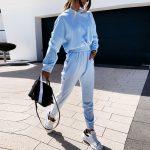 Błękitny dres damski bawełniany z lampasami na spodniach i bluzie