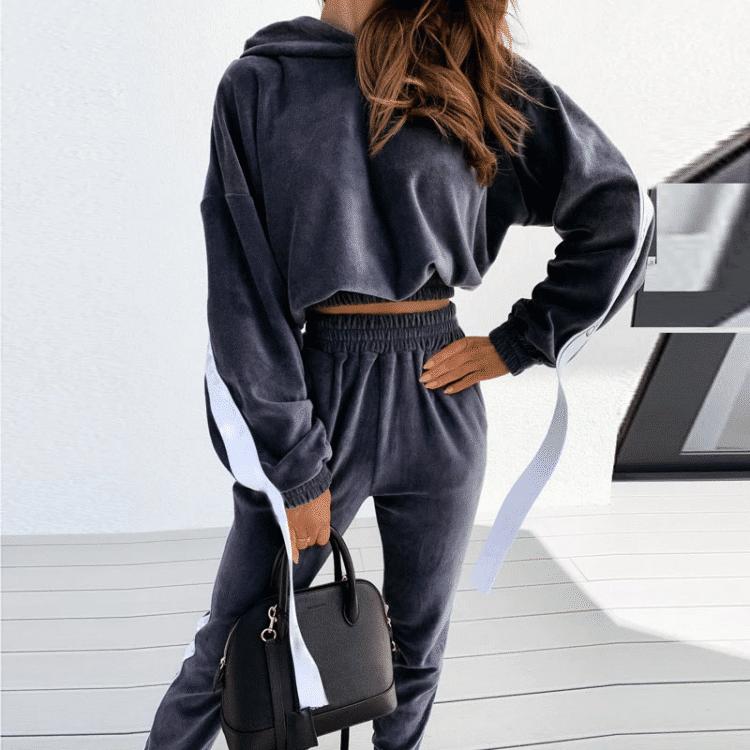 Grafitowy dres damski bawełniany z lampasami po bokach na bluzie i spodniach
