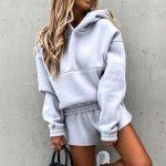 Jesienny polarowy dres damski baggy w kolorze szarym z krótkimi spodenkami