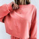 Koralowe dresy damskie bawełniane z bluzą typu opuszczone ramiona