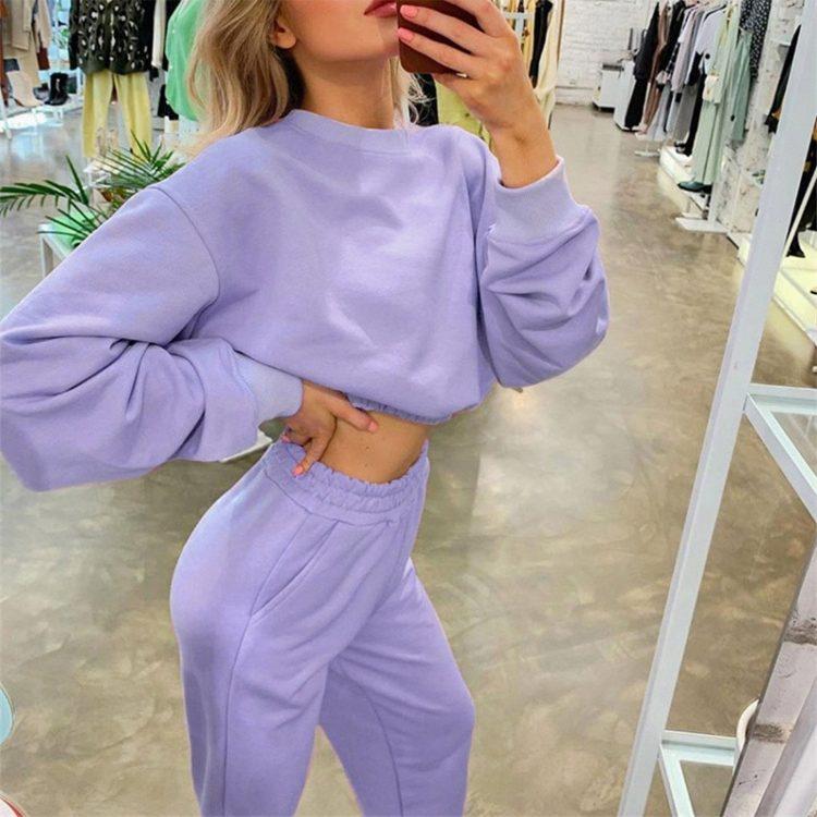 Liliowy dres damski bawełniany z krótszą bluzą i spodniami
