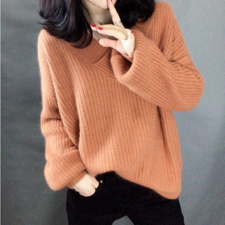 Łososiowy sweter puszysty z dekoltem w serek