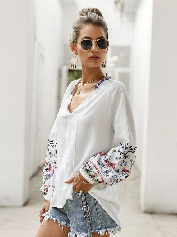 Bawełniana koszula w kolorze białym z kolorowym haftem kwiatowym na rękawach 1