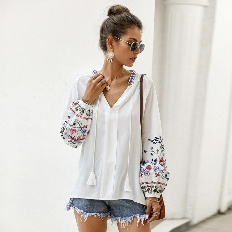 Bawełniana koszula w kolorze białym z kolorowym haftem kwiatowym na rękawach 2