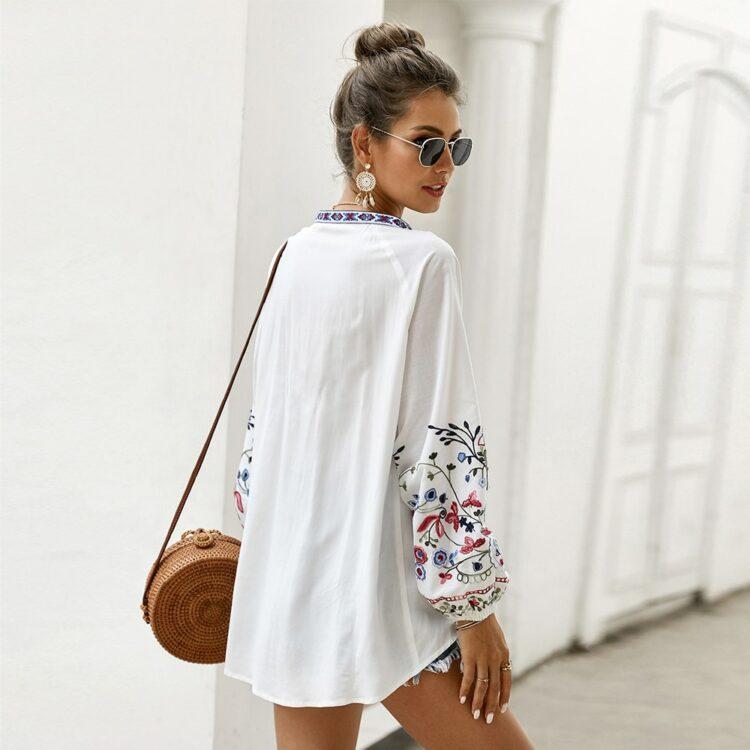 Bawełniana koszula w kolorze białym z kolorowym haftem kwiatowym na rękawach 3
