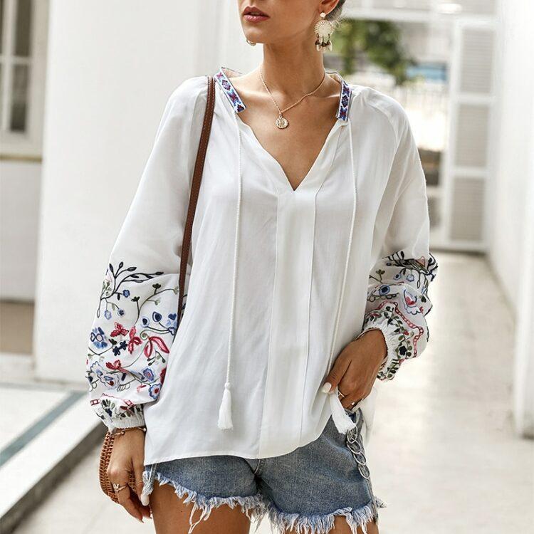 Bawełniana koszula w kolorze białym z kolorowym haftem kwiatowym na rękawach 4