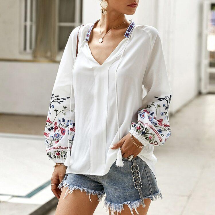 Bawełniana koszula w kolorze białym z kolorowym haftem kwiatowym na rękawach 5