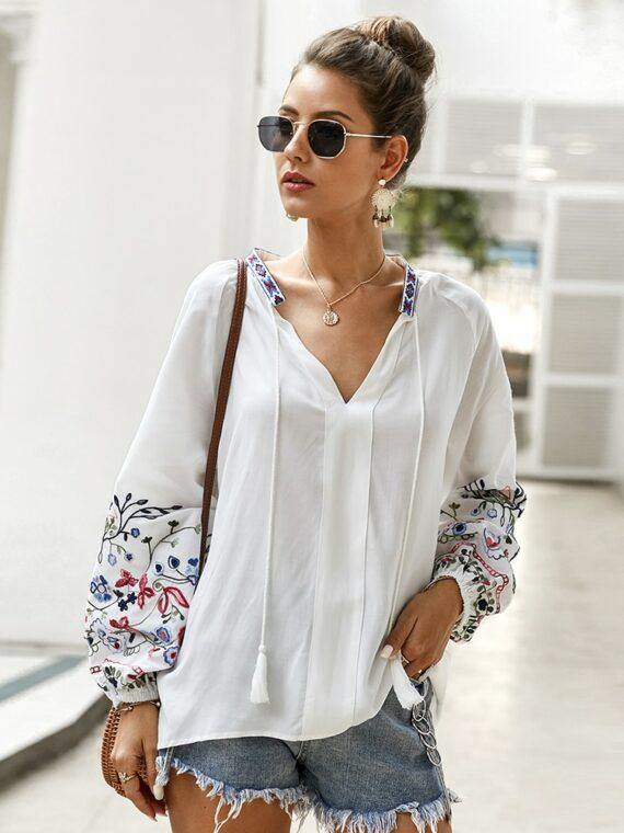 Bawełniana koszula w kolorze białym z kolorowym haftem kwiatowym na rękawach