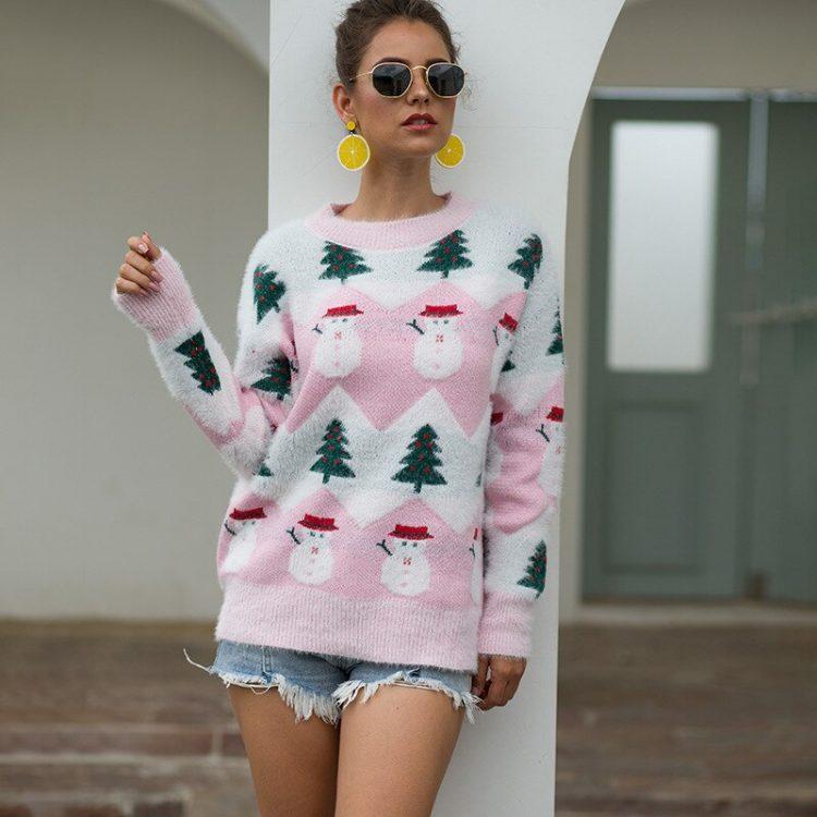 Beżowo biały damski świąteczny sweter z motywem bałwana i choinki 1