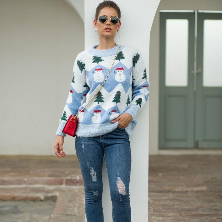 Beżowo biały damski świąteczny sweter z motywem bałwana i choinki 2