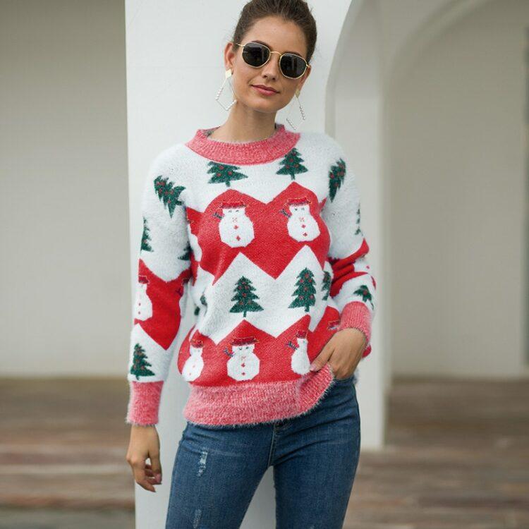 Beżowo biały damski świąteczny sweter z motywem bałwana i choinki 3