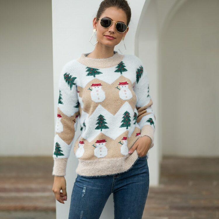 Beżowo biały damski świąteczny sweter z motywem bałwana i choinki