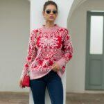 Beżowy damski sweter świąteczny z aplikacją w białe śnieżynki 1