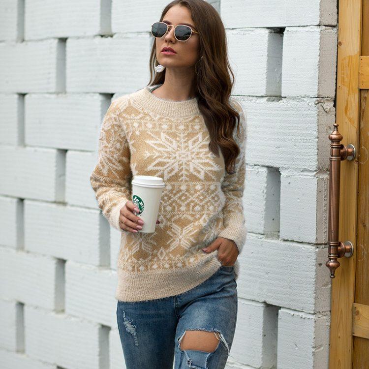 Beżowy damski sweter świąteczny z aplikacją w białe śnieżynki