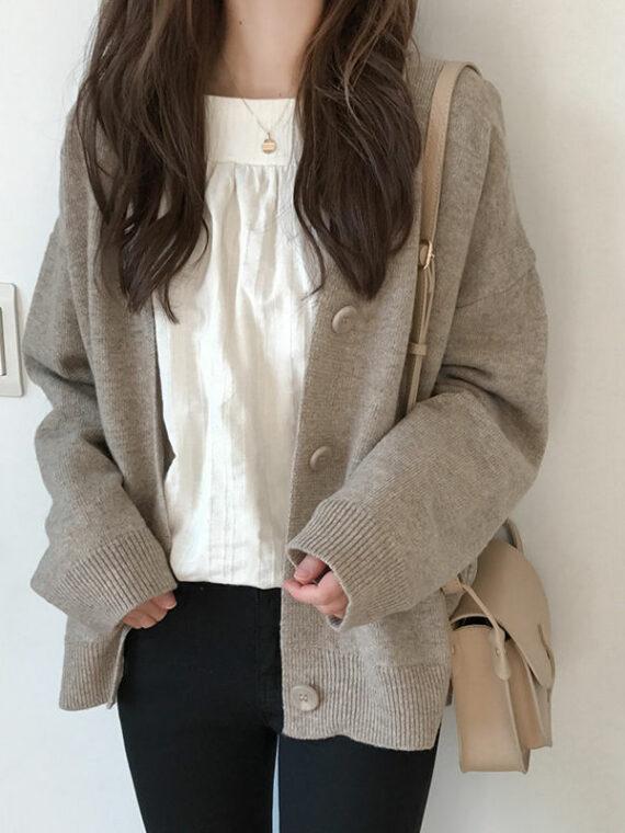 Beżowy sweter typu kardigan z zapięciem na guziki o luźnym kroju
