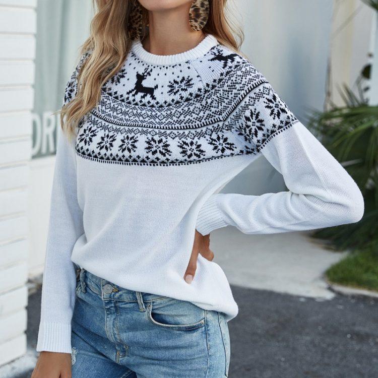 Biały sweter świąteczny rudolf z granatową aplikacją z motywem norweskim 2