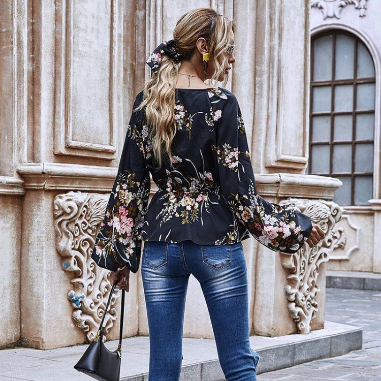 Czarna koszula w serek z aplikacją kwiatową, baskinką i bufiastymi rękawami 3