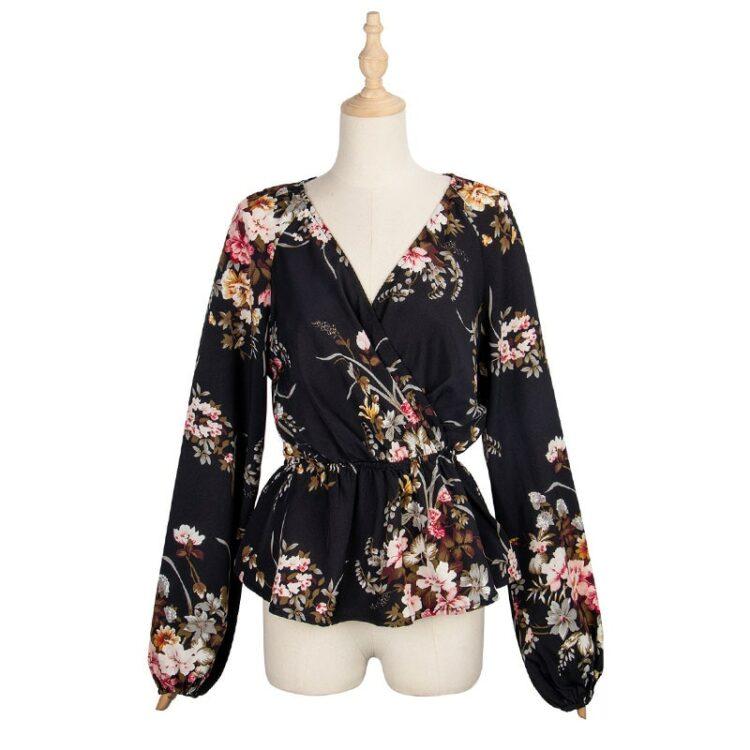 Czarna koszula w serek z aplikacją kwiatową, baskinką i bufiastymi rękawami 4