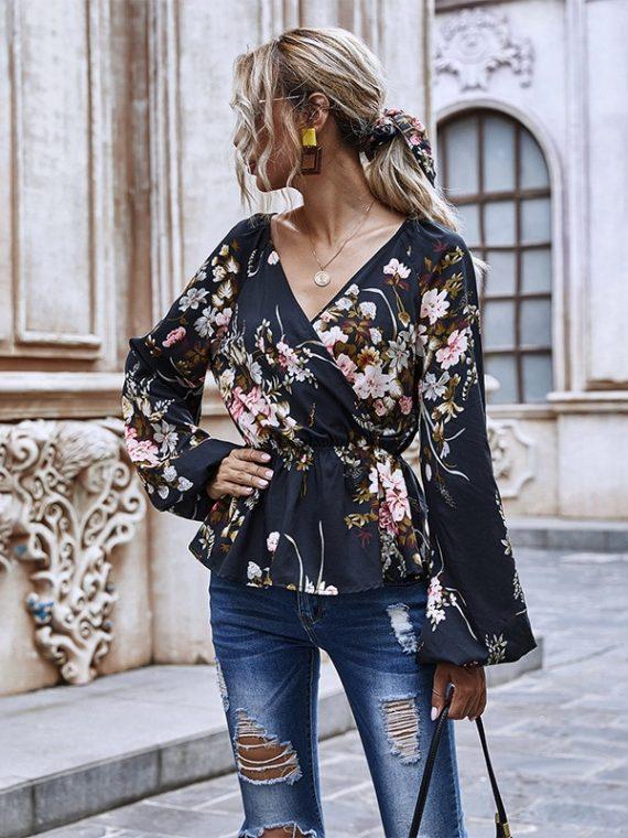 Czarna koszula w serek z aplikacją kwiatową, baskinką i bufiastymi rękawami