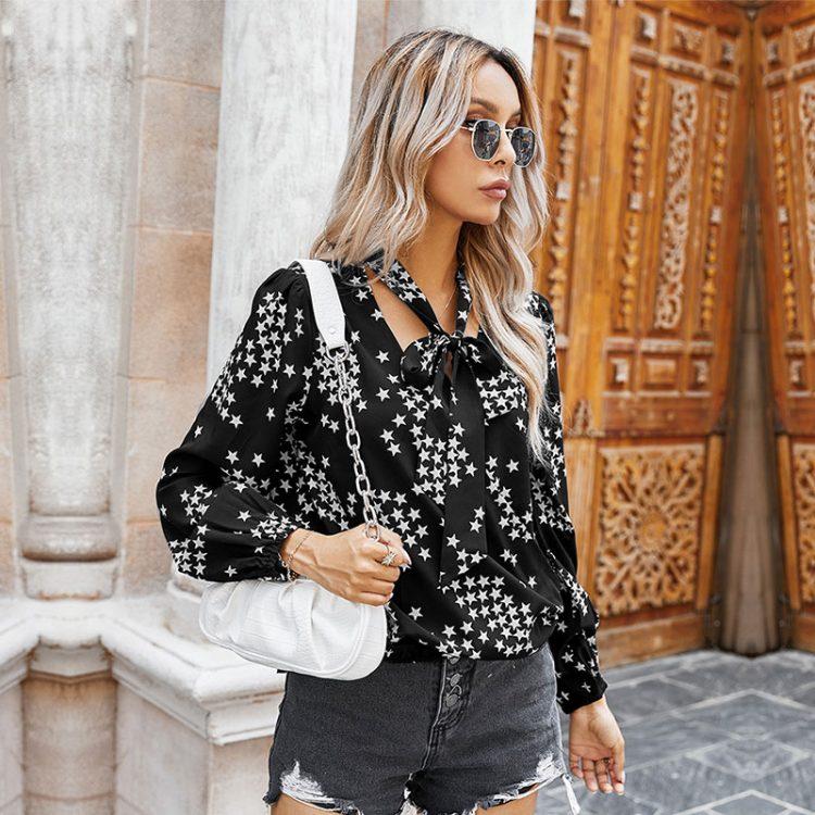 Czarna koszula z wiązaniem przy szyi z nadrukiem w białe gwiazdki 1