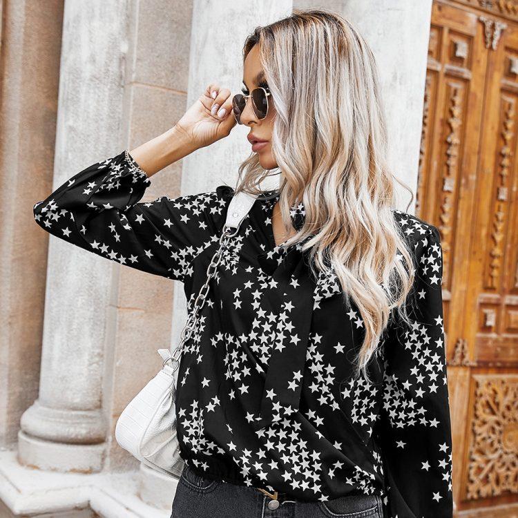Czarna koszula z wiązaniem przy szyi z nadrukiem w białe gwiazdki 4