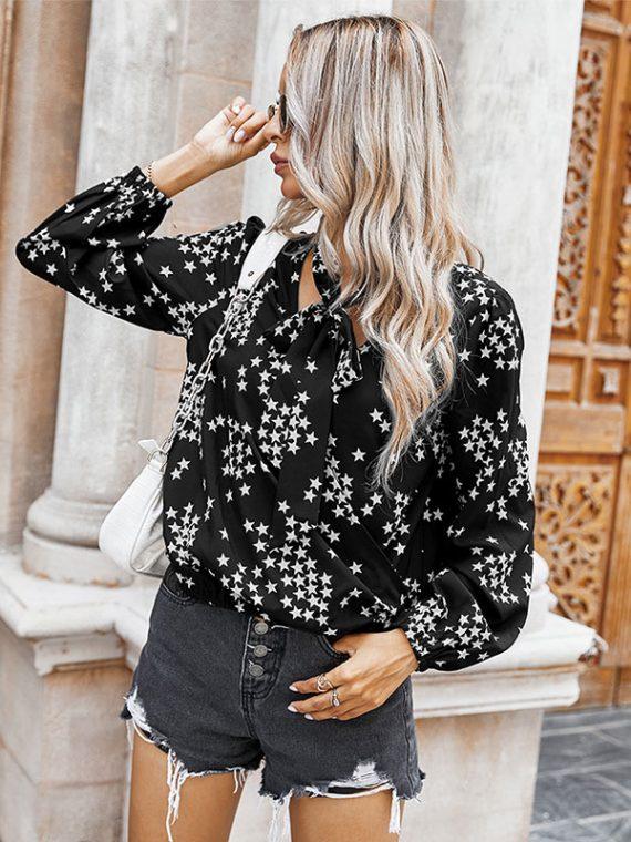 Czarna koszula z wiązaniem przy szyi z nadrukiem w białe gwiazdki