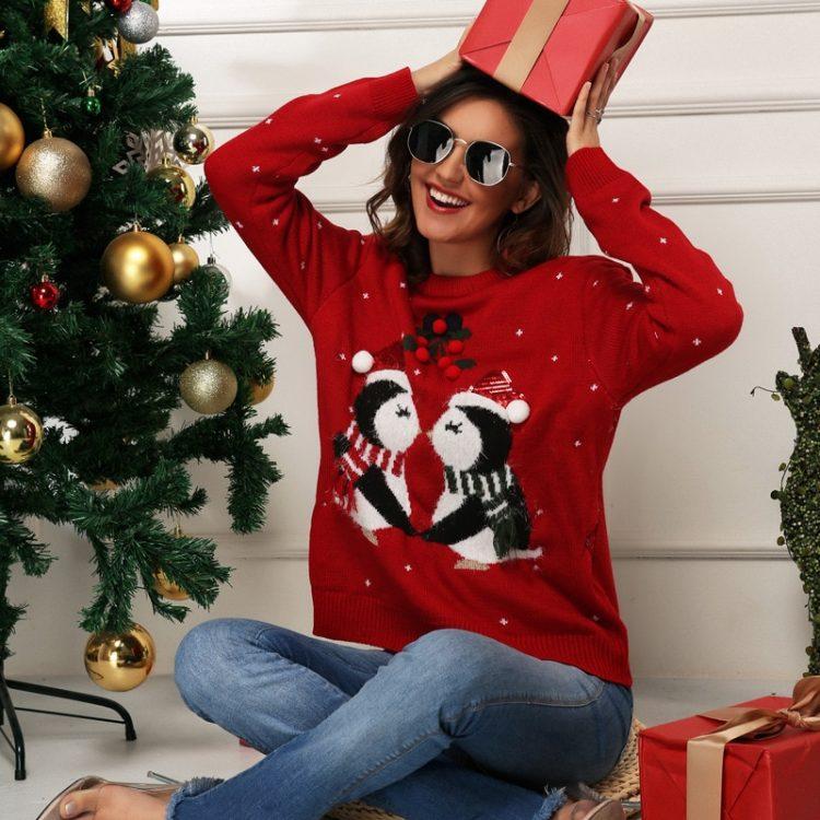 Czerwony świąteczny sweter damski z nadrukiem zakochanych pingwinów