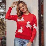 Czerwony dziergany świąteczny sweter z aplikacją w biegnące białe renifery 1