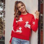 Czerwony dziergany świąteczny sweter z aplikacją w biegnące białe renifery 2