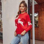 Czerwony dziergany świąteczny sweter z aplikacją w biegnące białe renifery 3