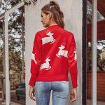 Czerwony dziergany świąteczny sweter z aplikacją w biegnące białe renifery 4