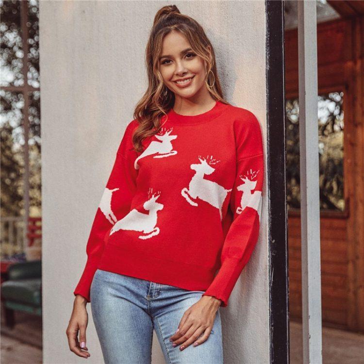 Czerwony dziergany świąteczny sweter z aplikacją w biegnące białe renifery