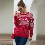 Czerwony sweter świąteczny z motywem świątecznym w renifery 1