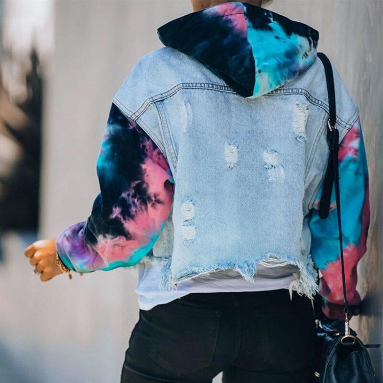 Damska jeansowa kurtka z bluzą i rękawami farbowanymi metodą tie dye 2