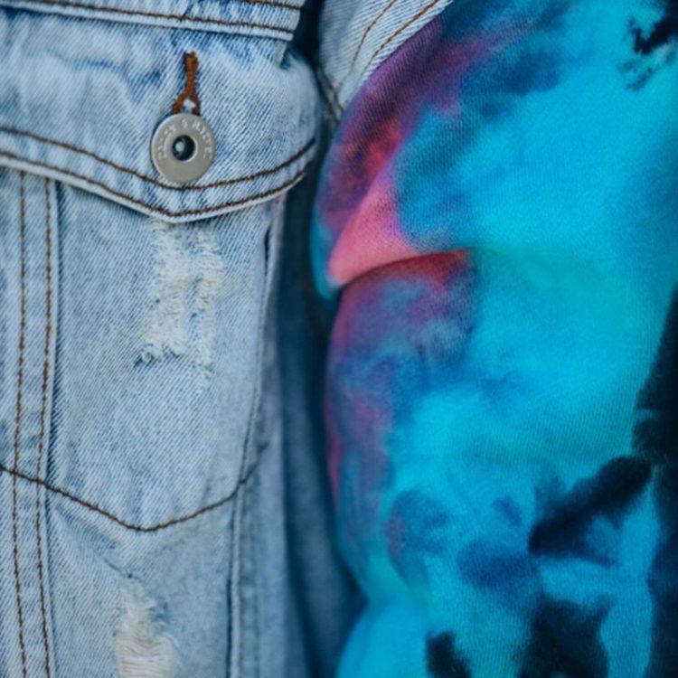 Damska jeansowa kurtka z bluzą i rękawami farbowanymi metodą tie dye 3
