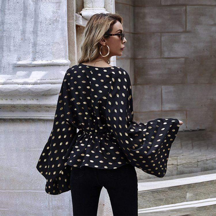 Damska koszula w serek z szerokimi rękawami i baskinką w kolorze czarnym w beżowe groszki 3