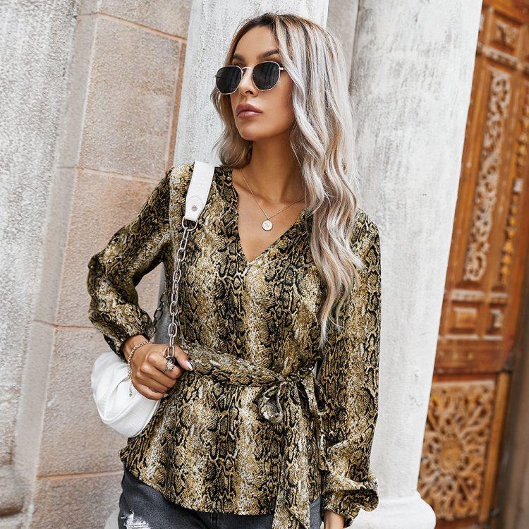 Damska modna koszula w wężowy wzór z dekoltem w serek i wiązaniem w pasie 1