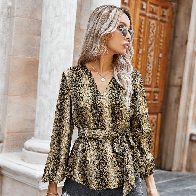Damska modna koszula w wężowy wzór z dekoltem w serek i wiązaniem w pasie 2